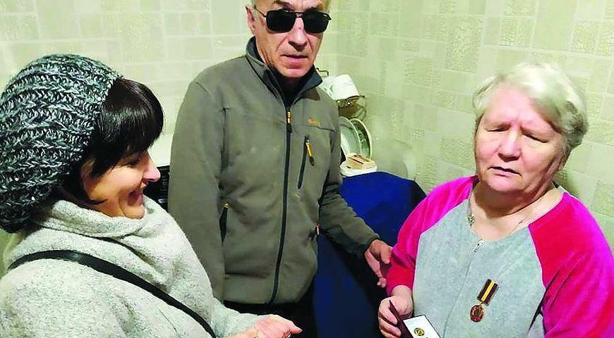 Не бачить і не чує, але за Україну воює!. валентина мазурик, волонтерка, відзнака, рукавиці, інвалід, person, man, clothing, people, human face, glasses, older. A group of people looking at each other