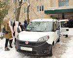 У Славуті з'явилося соціальне таксі. славута, перевезення, соціальне таксі, суспільство, інвалідність, land vehicle, car, vehicle, wheel, outdoor, snow, transport, hatchback, volkswagen, city car. A pile of luggage sitting on top of a snow covered car