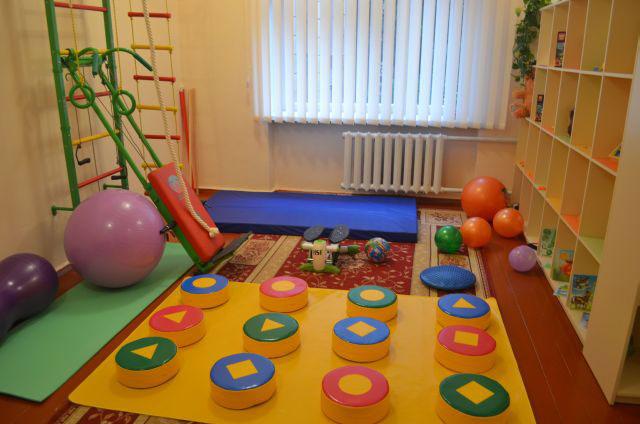 У Рівному відкрили безкоштовний центр для дітей з особливими освітніми потребами. ірц, рівне, заклад, заняття, особливими освітніми потребами, indoor, playground, toddler, ball, orange, toy, play, colorful, decorated. A colorful toy on a table