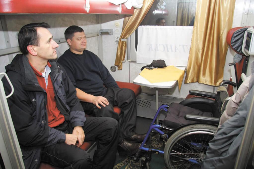 Міжнародний день осіб з інвалідністю: що Укрзалізниця робить для мобільності?. доступність, обслуговування, укрзалізниця, інвалідність, інклюзія, person, man, clothing, wheel, bicycle, tire, land vehicle, wheelchair, bicycle wheel. A man sitting in a chair