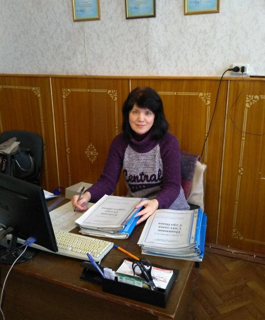 Приклади успішного працевлаштування осіб з інвалідністю. хоцз, зайнятість, працевлаштування, соціальний супровід, інвалідність, indoor, computer, person, laptop, clothing, classroom, human face. A person sitting at a desk