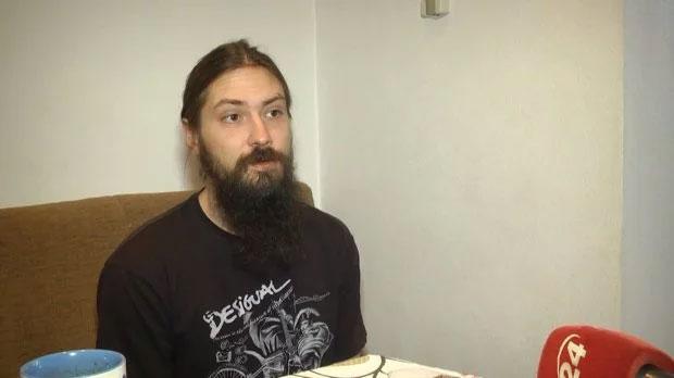 В'язні власних квартир: як харків'янин допомагає людям з інвалідністю бути більш мобільними (ВІДЕО). леонід балдін, харків, соцтаксі, соціальний проект, інвалідність, wall, person, indoor, human face, human beard, man, clothing, beard, facial hair. A man standing in front of a cake