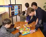 Освіта для всіх. У Мирнограді успішно створено інклюзивно-ресурсний центр (ВІДЕО). мирноград, заклад, реформування, інклюзивна освіта, інклюзивно-ресурсний центр, person, indoor, child, boy, young, floor, little, game, birthday cake, adult. A young boy cutting a cake