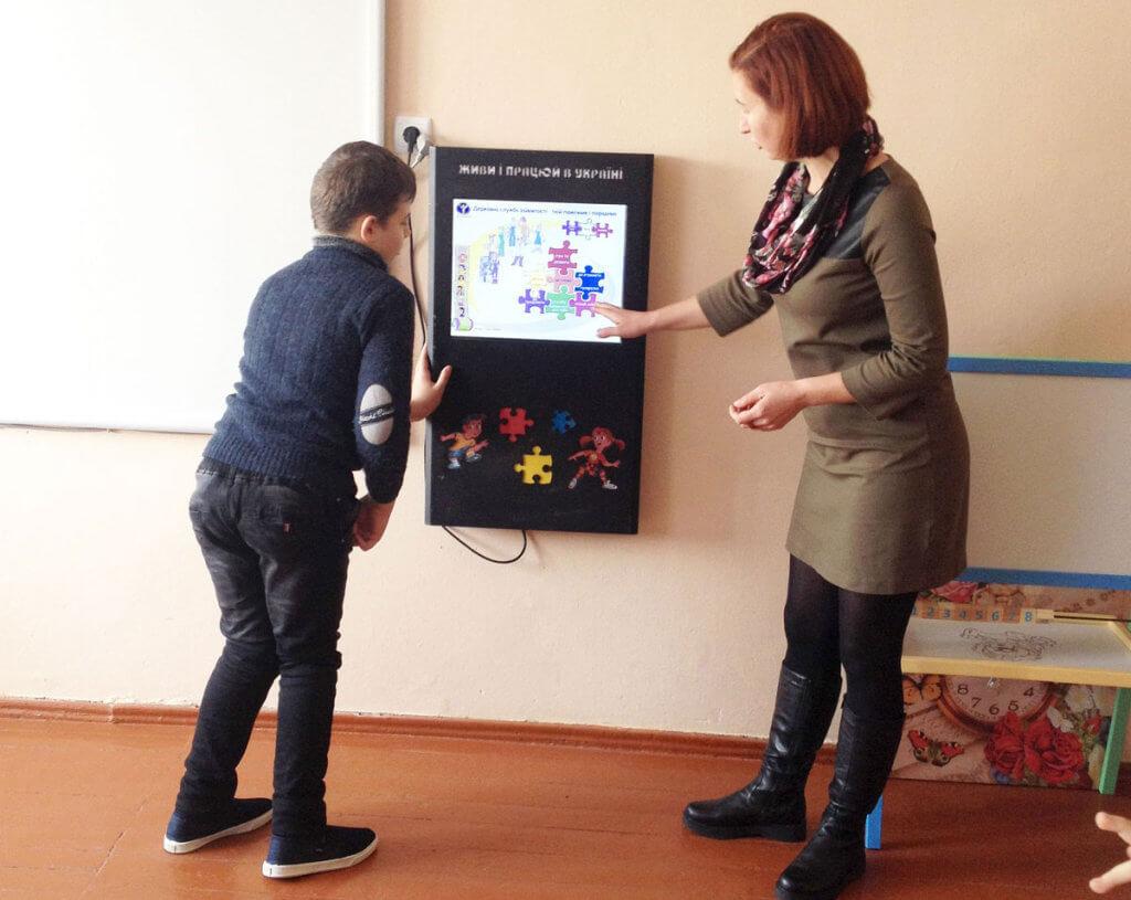 Діти інклюзивно-ресурсного центру в Шумську познайомились з «електронним консультантом». шумськ, електронний консультант, презентація, інвалідність, інклюзивно-ресурсний центр, person, floor, woman, clothing, footwear, jeans, trousers, television, suit. A woman standing in a room