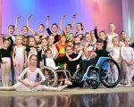 «Громадський бюджет»: у Маріуполі покажуть незвичайну балетну виставу «Лускунчик». мариуполь, балетна вистава лускунчик, суспільство, інвалідний візок, інвалідність, person, posing, group, smile, clothing, standing, wheelchair, woman, people, lined. A group of people standing in front of a crowd posing for the camera