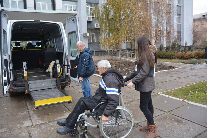 У Маріуполі працює «Соціальне таксі» для людей з інвалідністю (ФОТО). мариуполь, послуга, поїздка, соціальне таксі, інвалідність, outdoor, person, wheel, road, land vehicle, tire, vehicle, wheelchair, clothing, cart. A group of people riding on the back of a bicycle