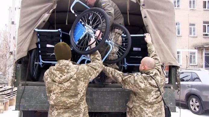 Військовослужбовці ООС передали інвалідні візки людям з особливими потребами (ВІДЕО)