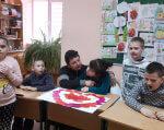 У Виноградові запрацював інклюзивно-ресурсний центр. виноградів, допомога, особливими освітніми потребами, інвалідність, інклюзивно-ресурсний центр, person, child, child art, indoor, clothing, classroom, toddler, human face, table, boy. A group of children sitting at a table