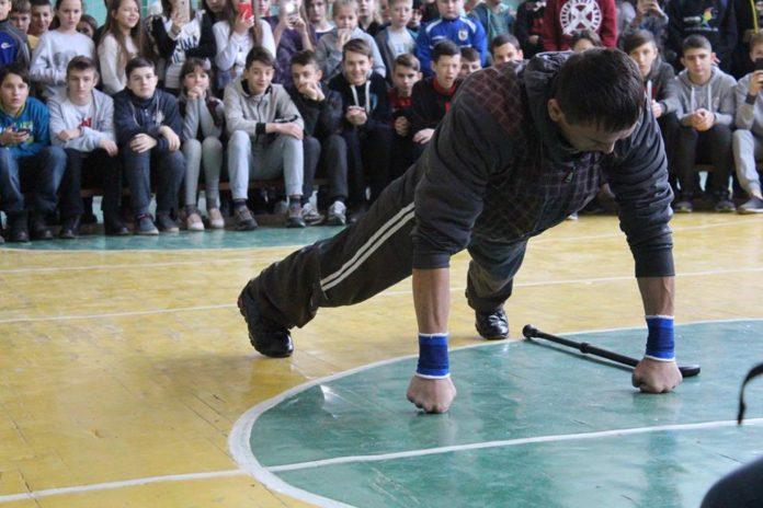 Богдан Чіпак, який має першу групу інвалідності, встановив рекорд з відтискання (ФОТО). богдан чіпак, відтискання, досягнення, рекорд, інвалідність, person, ground, basketball, footwear, man, crowd. A person standing in front of a crowd
