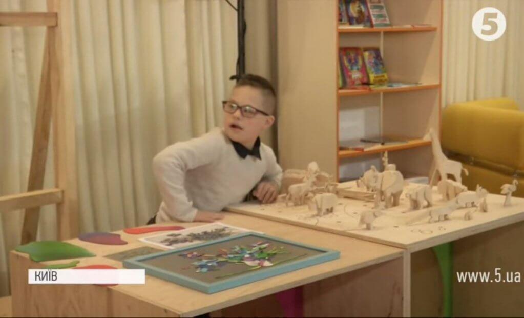 """""""Дитина стає відкритішою"""": мати хлопчика з ДЦП про результат інклюзивної освіти в школах (ВІДЕО). дцп, нарада, особливими освітніми потребами, суспільство, інклюзивна освіта, indoor, person, book, table, dining table, desk. A person sitting at a table"""