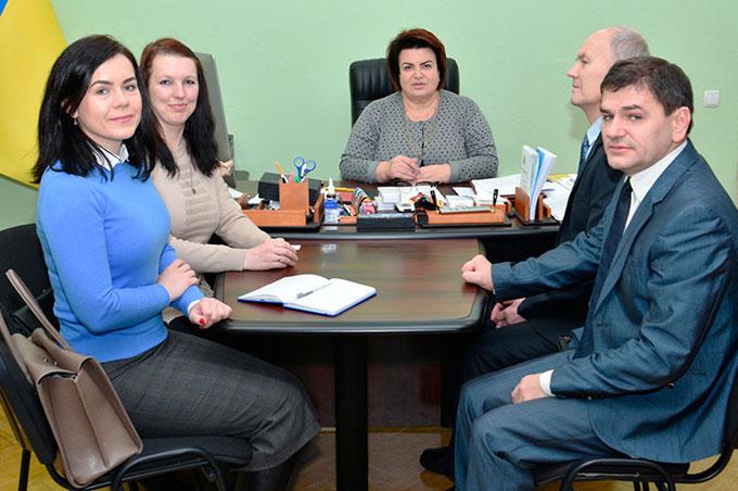 У ЦВК обговорили організацію голосування виборців з інвалідністю. цвк, виборець, голосування, робоча зустріч, інвалідність, person, sitting, table, indoor, clothing, group, people, smile, furniture, human face. A group of people sitting at a table