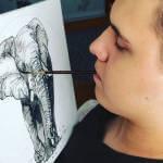 Хлопець, якого паралізувало на батуті в Житомирі, тепер малює картини, тримаючи пензлик в зубах (ФОТО)