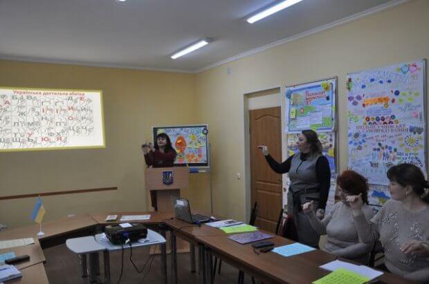На Одещині запроваджують перші в Україні тренінги з вивчення української жестової мови для учителів. одещина, вивчення, вчитель, жестова мова, тренинг