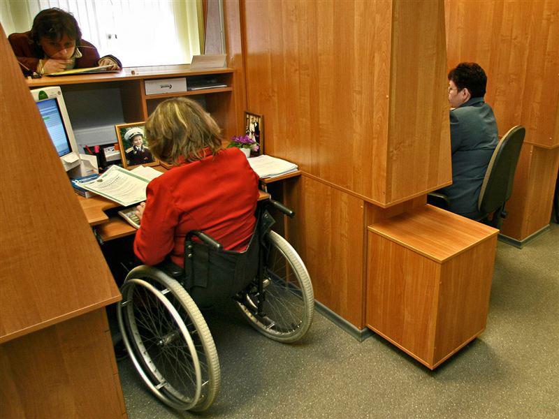 Служба зайнятості допомогла знайти роботу 745 особам з інвалідністю Дніпропетровщини. дніпропетровщина, вакансія, працевлаштування, служба зайнятості, інвалідність, indoor, floor, person, furniture. A group of people sitting at a desk in a small room