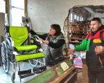 Волонтеры показали японские инвалидные коляски, которые подарят нуждающимся детям. одесса, японія, волонтер, гуманитарный груз, инвалидная коляска, person, clothing, indoor, furniture, cart. A person standing on a cart