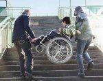 Люди з інвалідністю і держава-мачуха. візочник, пенсія, суспільство, інвалідність, інтеграція, person, sky, bicycle, outdoor, wheel, land vehicle, bicycle wheel, vehicle, clothing, tire. A man standing next to a fence