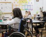 В семи дитячих освітніх закладах міста запроваджено інклюзивну освіту. бердянськ, дитячий садочок, школа, інвалідність, інклюзивна освіта, person, indoor, classroom, furniture, table, clothing, chair, whiteboard, girl, desk. A group of people sitting at a table