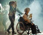 Акторам проекту «Краще разом» криворіжці аплодували стоячи на допрем'єрному показі вистави «Полювання на Снарка» (ВІДЕО). кривий ріг, полювання на снарка, актор, вистава, інвалідність, person, outdoor, clothing, wheel, man. A group of people riding on the back of a person