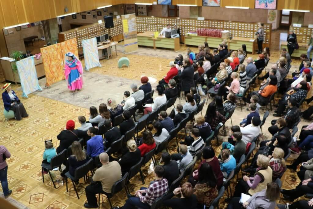 У Херсоні відбувся дебют інклюзивного театру (ФОТО). херсон, дебют, суспільство, театр, інклюзія, person, clothing, group, several, crowd. A group of people around each other
