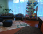 У Франківській школі для дітей з особливими потребами відкрили першу ресурсну кімнату (ФОТО). івано-франківськ, адаптація, особливими освітніми потребами, ресурсна кімната, інклюзивна освіта, indoor, wall, couch, floor, room, living, house, studio couch, sofa bed, chair. A living room filled with furniture and a large window