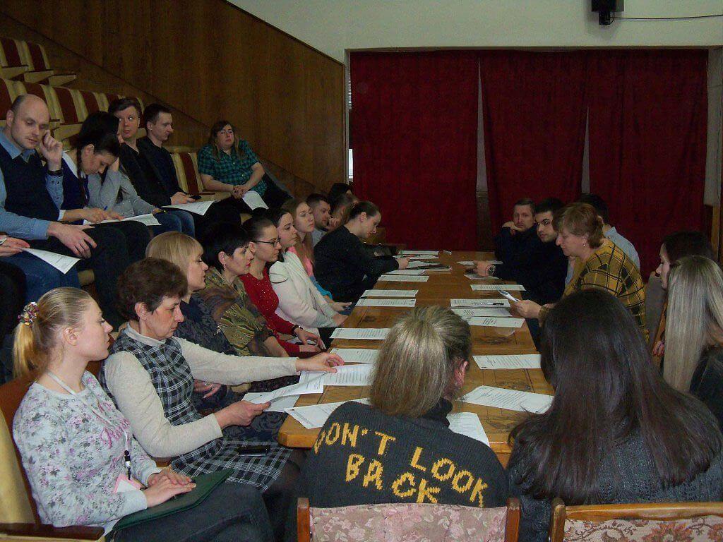 Громадськість провела діалог із Дніпропетровськими судами про покращення доступу до правосуддя людей з інвалідністю. дніпро, доступ, круглий стіл, суд, інвалідність, person, clothing, indoor, sitting, human face, woman, group, man, people, table. A group of people sitting in a room
