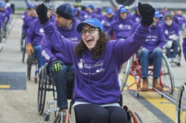 Объединив усилия, люди в инвалидных колясках протащили самолёт более чем на 100 метров. англия, инвалидная коляска, инвалидность, рекорд, самолёт