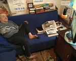 Дружковчанин научился обращаться с компьютером при помощи ног (ФОТО, ВИДЕО). олег карпов, болезнь, верующий, инвалидность, компьютер, book, indoor, clothing, person, computer, furniture, newspaper, library. A man sitting at a desk
