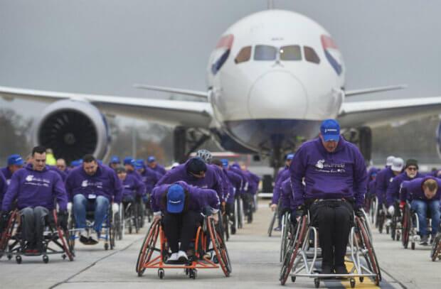 Объединив усилия, люди в инвалидных колясках протащили самолёт более чем на 100 метров (ФОТО, ВИДЕО) АНГЛИЯ ИНВАЛИДНАЯ КОЛЯСКА ИНВАЛИДНОСТЬ РЕКОРД САМОЛЁТ