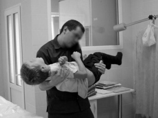Безоплатна допомога невиліковним дітям на Закарпатті – це реальність. закарпаття, паліативна допомога, послуга, проект, хвороба, person, wall, indoor, black and white, human face. A person standing in front of a mirror posing for the camera