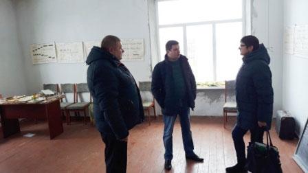 У Семенівському районі створюють інклюзивно-ресурсний центр. ірц, семенівський район, нарада, особливими освітніми потребами, приміщення, floor, indoor, clothing, footwear, jeans, person, man, jacket, trousers. A group of people standing in a room