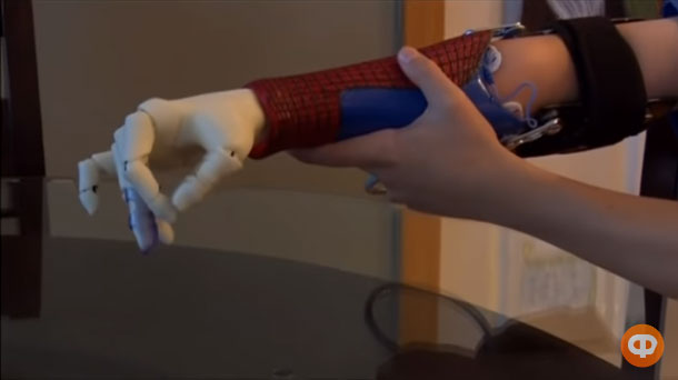 Рука супергероя: як у США біонічні протези випробовують діти (ВІДЕО). зd принтер, сша, науковець, протез, розробка, person, wall, indoor, hand, arm. A hand holding a video game