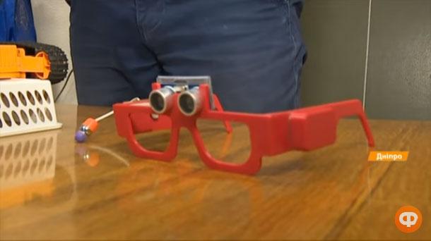 15-річний хлопчик розробив окуляри з голосовими повідомленнями (ВІДЕО). вади зору, голосове повідомлення, незрячий, окуляри, пристрій, indoor, floor, glasses, person, goggles, sunglasses. A close up of a toy