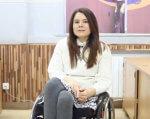 Як з переломного моменту вийти переможцем? (ВІДЕО). юлія ресенчук, аварія, життя, переможець, person, clothing, human face, indoor, furniture, floor, woman, smile, chair, fashion accessory. A woman sitting on a chair