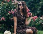 Незряча тернополянка Ірина Білогорка стала студенткою престижного американського університету. ірина білогорка, сша, незряча, студентка, університет, tree, outdoor, person, grass, flower, woman, dress, clothing, fashion accessory, girl. A woman sitting in a garden