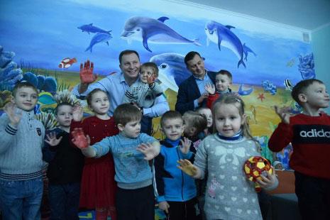 Інклюзивно-ресурсний центр у Підгайцях – місце для навчання майже сотні діток (ФОТО). ірц, підгайці, степан барна, особливими освітніми потребами, інклюзивна освіта, person, child, toddler, indoor, boy, human face, clothing, posing, smile, baby. A group of kids posing for a photo