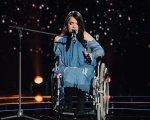 """""""Прямо в душу влізла"""": дівчина-інвалід довела до сліз суддів """"Голосу країни"""" (ФОТО, ВІДЕО). голос країни, магдалена паскар, проект, співачка, суддя, person, clothing, concert. A person standing on a stage"""