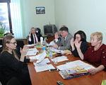 Інклюзивна освіта на Харківщині: 28 інклюзивно-ресурсних центрів, 23 ресурсні кімнати та 25 медіатек. харківщина, виховання, звіт, особливими освітніми потребами, інклюзивна освіта, table, person, indoor, sitting, human face, wall, clothing, woman, people, smile. A group of people sitting at a table