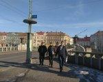 Закарпатські параолімпійці знайшли партнерів в Чехії. чехія, зустріч, параолімпієць, співпраця, інвалідність, sky, outdoor, clothing, person, man, street, building, city, footwear. A group of people walking down a street
