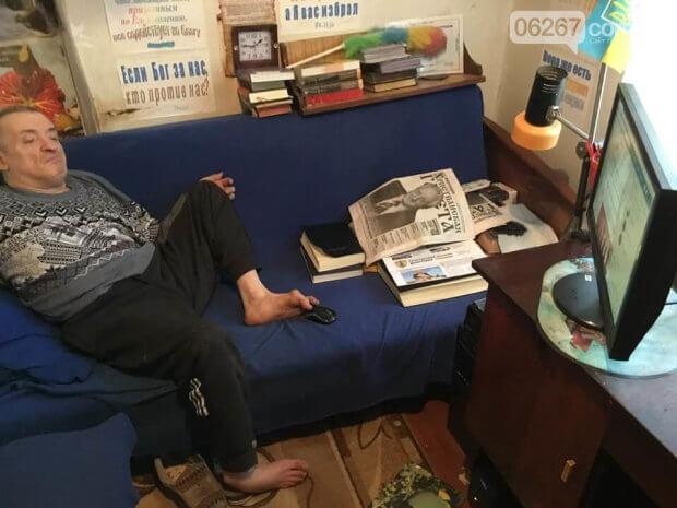 Дружковчанин научился обращаться с компьютером при помощи ног. олег карпов, болезнь, верующий, инвалидность, компьютер
