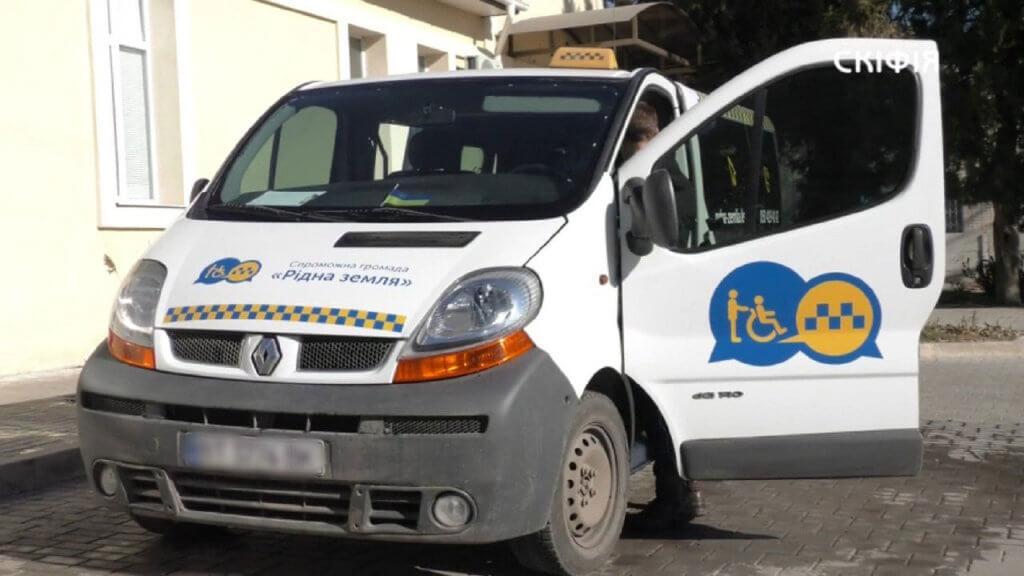 Херсонське Соціальне таксі запрацювало за новими правилами (ВІДЕО). херсон, перевезення, послуга, соціальне таксі, інвалідність, outdoor, car, road, land vehicle, vehicle, wheel, auto part, transport, police, bus. A van parked on the side of a road
