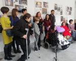 Сильні духом – у нових образах: У Запоріжжі презентували продовження унікального фотопроекту (ФОТО). запоріжжя, марианна смбатян, експозиція сильні духом. відродження, фотопроект, інвалідність, person, floor, clothing, indoor, footwear, group, people, wheelchair, smile. A group of people standing in a room