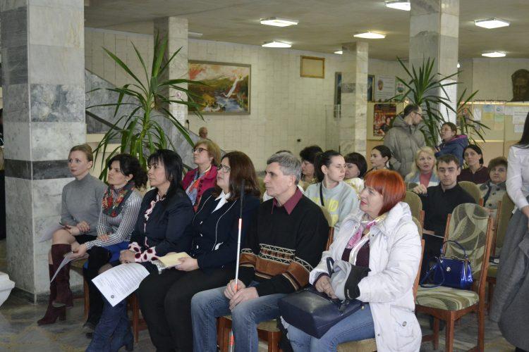 У Полтаві презентували створення інклюзивного проекту «Доступ». полтава, працевлаштування, проект доступ, інвалідність, інклюзія, person, clothing, woman, sitting, human face, indoor, man, smile, people, group. A group of people sitting in chairs