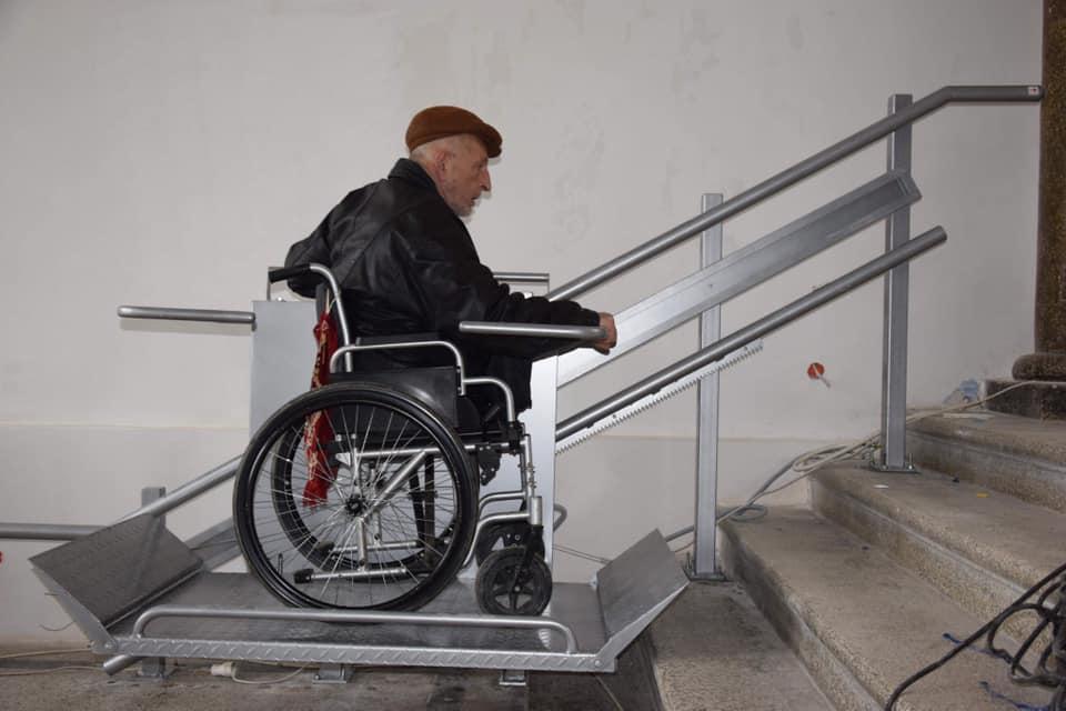 Інклюзія по-чортківськи: у міській раді обладнали підйомник та санвузол для людей з інвалідністю