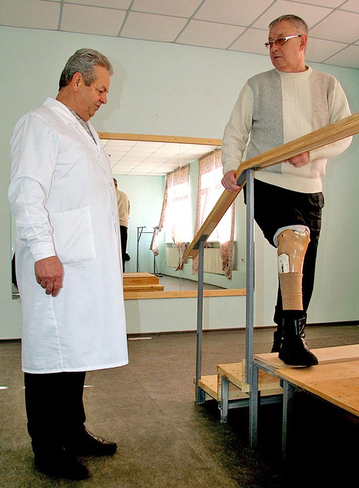 Достойне життя без обмежень можливе. ортез, протез, протезування, суспільство, інвалідність, person, indoor, man, floor, clothing, furniture, standing, trousers. A man standing in a room
