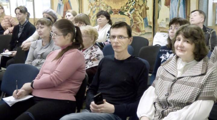 Доступний музей: інклюзія в музейному просторі. педагогічний музей україни, проект, семінар, інвалідність, інклюзія, person, clothing, human face, indoor, sitting, woman, group, man, people, smile. A group of people sitting posing for the camera