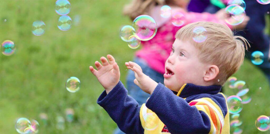 Чому ми маємо боротися за права дітей з особливими потребами?. юнісеф, дослідження, освіта, раннє втручання, суспільство, bubble, object, person, toddler, child, baby, little, boy, grass, young. A little boy that is standing in the grass