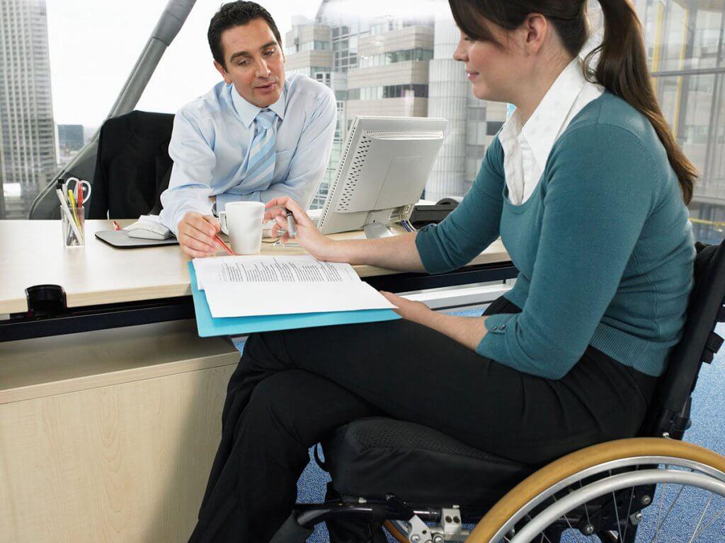 Що треба знати при прийомі на роботу працівників з інвалідністю. Нотатка для роботодавця. іпр, працевлаштування, працівник, роботодавець, інвалідність, person, woman, clothing, indoor, computer. A woman sitting at a table
