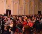 В обласному центрі вперше провели соціальний проект для мам особливих дітей (ФОТО). кропивницький, проект дивовижні мами, сцена, учасниця, інвалідність, person, people, clothing, human face, group, man, indoor, woman, crowd, event. A group of people sitting in chairs in front of a crowd