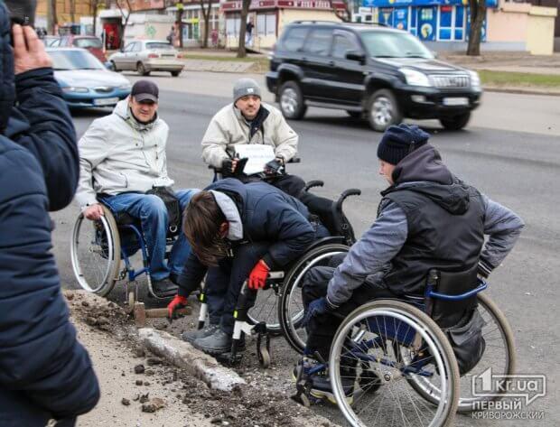 Бордюр не дорожче поваги: у Кривому Розі люди на візках самі почали облаштовувати бордюри. го рух без меж, кривий ріг, бордюр, доступний, пішохідний перехід