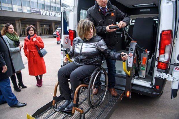 В Україні створюють службу перевезень для людей на інвалідних візках. володимир гройсман, автомобіль, підйомник, служба перевезень, інвалідність